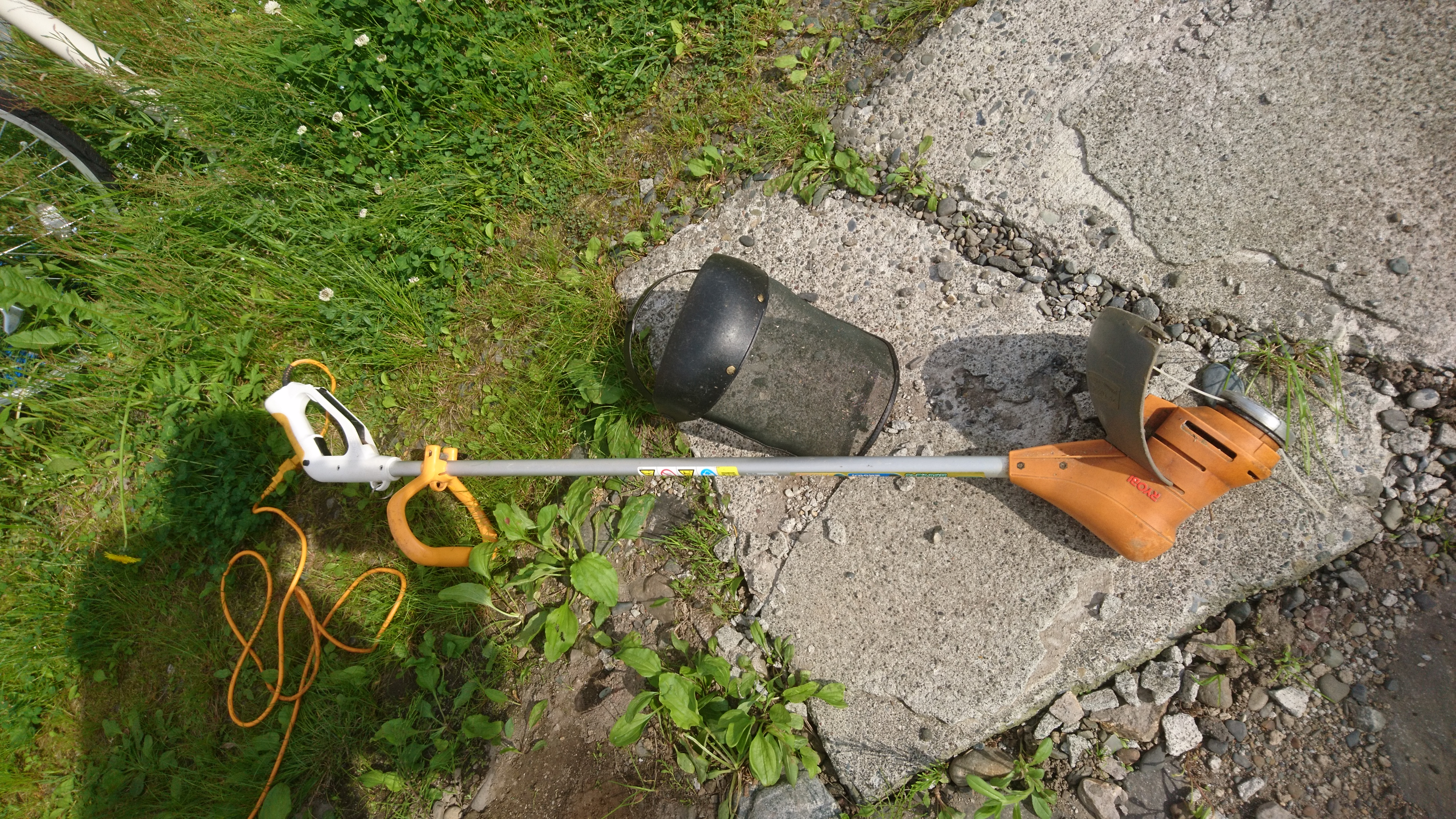 リョービなどの電気刈払機の使い方 ナイロンコードで安全な草刈りをしよう